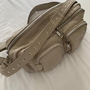 Sælger denne fine taske, så kom endelig med et bud :)  Som det også ses på billederne er den lidt beskidt - dog har jeg ikke prøvet at vaske den.  Kan sende og mødes i København og omegn!