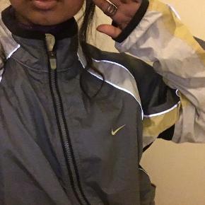 Den sejeste Nike jakke i refleks med gule detaljer, Mp 250