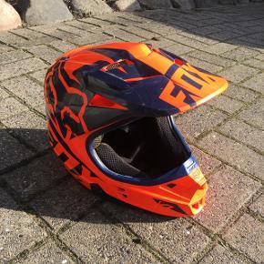 Rigtig fin begynderhjelm til en ny crosskøre. Den er orange og navy blå. Fox v1. Mener det er en størrelse small😉 Prisen kan forhandles