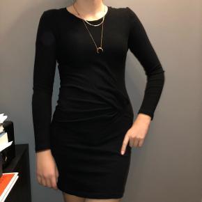 Rigtig flot strik-kjole fra IRO, købt i spanien for 800kr - nedsat fra 1200. Kun brugt enkelte gange