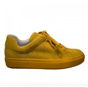 Sælger disse fine gule sneakers fra Apair. De er næsten aldrig brugt og i super fin stand. Smid gerne et bud 💛