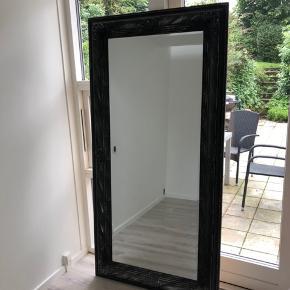 Sælger det her rigtig fine spejl, da det desværre er for stort efter jeg har omrokeret.  Mål: 187x93