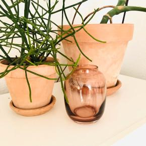 """Lyngby Porcelænsfabrik """"Form"""" vase i mundblæst glas i den smukkeste rosa farve 🌺  Form 140/1: 13 cm   Nypris:  400kr 🌺"""