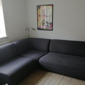 Lounge hjørnesofa sælges. Modulerne kan bruges hver for sig eller sættes sammen som Sofa. Købt i 2014, men i god stand. Mål: 90cm dyb, 200cm bred, 240cm lang og 75 cm høj. Kvittering haves. Nypris 7848,- kr. Afhentes i Kbh. NV