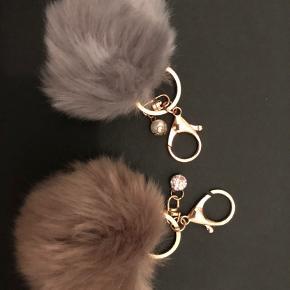 Nøglering med perle i beige/brun og grå. Aldrig brugt