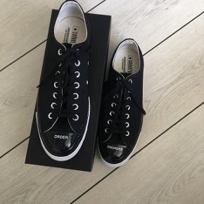 Jeg sælger mine Converse x Undercover sko, som er totalt udsolgte. Nypris var 850, og jeg vil ikke tjene på dem, men bare sælge dem videre til nogen, som kan passe dem, for det kan jeg desværre ikke.