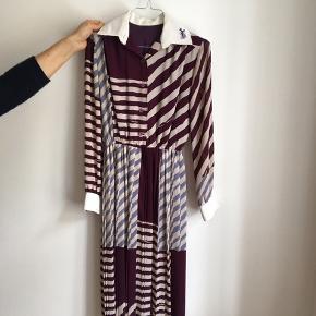 fin vintage kjole i striber sælges. den sidder stramt i livet, meget klædelig. kan også passes af en xs