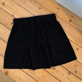 Fin nederdel i sort suede. Elastik i taljen. Kan afhentes eller sendes mod betaling af fragt.