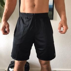 Reebok shorts i str. M ⭐️ Perfekt til f.eks. CrossFit 💪🏼 Kommer fra et ikke-ryger hjem!