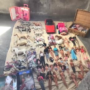 BYD Barbie samling sælges. Blandet stand: nogle særlige og stadig i kasse, andre brugt og nogle med spor af at der er blevet leget. Det kan være der mangler noget til nogle af tingene, omvendt kan det være det er mere værd end først antaget.  Ca 24 Barbie og Ken plus 3 særlige barbier, 13 børn/barbies lillesøster/bror, 12 heste, 2hunde Barbie hus, rideskole. Dj pult, kuffert lejlighed og meget mere. 2 barbie biler Barbie tøj og tilbehør i poser og fletkuffert. Kom med et bud. Nypris omkring (minimum) 10.000