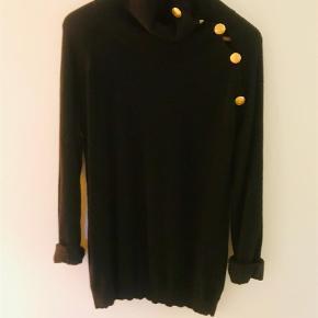 Brand: Pierre Balmain Varetype: Bluse Farve: Sort Oprindelig købspris: 3475 kr.  Lækker sweater i den blødeste uld fra Balmain. Har en smule fnuller under armene, hvilket er uundgåeligt i uld som i denne.