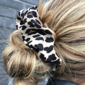 Flot leopard scrunchie - aldrig brugt.   Ca 4,5cm i stoffets bredde. Afhentning frb eller Valby.  PRISEN ER FAST. Tak  Bytter ikke