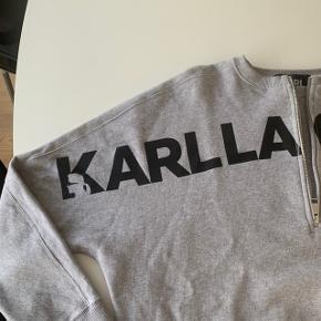 Lækker blød og skøn Karl Lagerfeld Sweatshirt. Brugt 2 gange - fremstår som ny. Sendes gerne, men på købers regning.