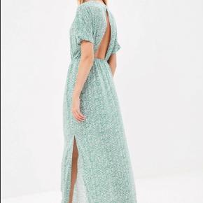 Varetype: Maxi Farve: Multi Oprindelig købspris: 500 kr. Prisen angivet er inklusiv forsendelse.  Rigtig fin grøn/hvid mønstret maxi kjole med åben ryg. Kun brugt 2 gange.