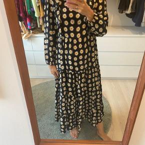 Zara maxi kjole med flæser og blomster print 🌼 Kan passer en small/medium bliver lukket i ryggen med lynlås.
