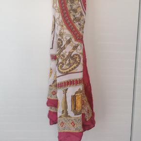 100% silke tørklæde, i rektangulær form. Med fine detaljer af kinesisk inspirerede drager, gyldne lanterner m.v.