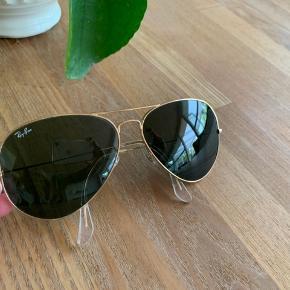 Fine rayban solbriller, kender ikke modellen . Sender gerne Porto 30 kr. Uden etui.