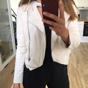 Sisters Point jakke i str. XS (fitter også S). Aldrig brugt 🌸 Np var 500 kr. Kan afhentes i Mørkhøj eller sendes med DAO for 38 kr. 🌻
