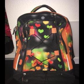 Brand: Jeva Varetype: Skoletaske  Størrelse: Stor Farve: MULTI  Super fin taske fra Jeva Brugt 1/2 år