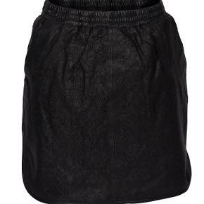 Nederdel i blødt lammelæder. Som ny. Elastik i taljen.