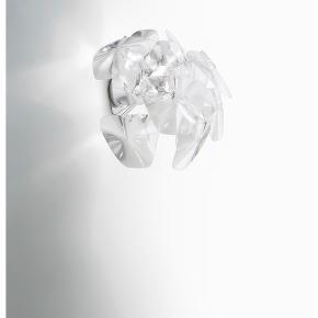 """Luceplan HOPE lampe til væg.   Brugt men i pæn stand - med undtagelse af at det ene """"blad"""" er knækket, men man kan nemt købe et nyt hos forhandlere.    Nypris kr. 3000     Materiale: Rustfrit Stål, Transparent Polykarbonat & Fresnel Linser Ø (Diameter): 480 mm  Højde: 430 mm  Dybde: 285 mm"""