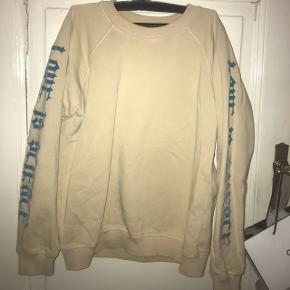 Sælger min fine (pt krøllede) Ganni Sweatshirt. Det er en str L men vil sige den både kan fitte en s/m/l🌟 nypris var 1000kr hvis jeg huske rigtigt - byd😊