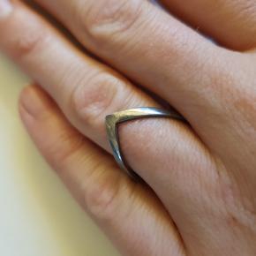Oxideret sølv v-ring. str. 53. Brugt meget lidt.