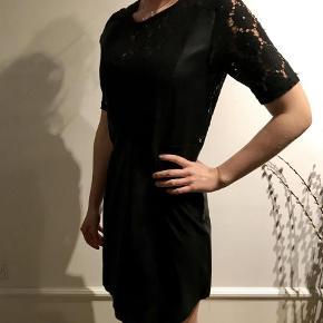 Varetype: Kjole Farve: Sort  Helt ny kjole fra Culture med en blanding af ruskind, læder og blonder