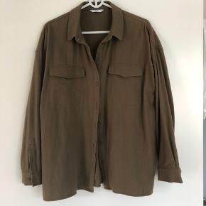 Envii skjorte-jakke. Str. M/L. Dus-militær grøn. Kan sendes mod betaling af porto kr. 40,00 med DAO.
