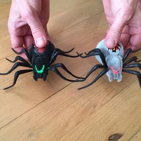 2 stk elektroniske edderkopper, som ligner en almindelig edderkop når den kommer løbende henover gulvet. Få følelsen af at få en rigtig edderkop ind i huset, og prøv om du kan skræmme dine venner med den. Sælger dem for 65kr pr stk eller begge 2 for 100kr. Kommer fra et ikke ryger hjem. Er som nye, brugt få gange. Sendes mod betaling eller afhentes i 2990 Nivå