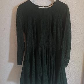 Flot mørkegrøn kjole fra H&M.  Kjolen har lange ærmer og lidt længere skørt bagpå. Brugt få gange om vinteren primært