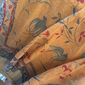 5 designer tørklæder 1) Laura Ashley tørklæde. 100x100. 100% bomuld.  2) Mondi tørklæde 60x60   3) Cacharel tørklæde 65x65 4) Michel Vernet Paris tørklæde 60x60 5) Silke tørklæde 60x60