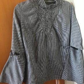 Varetype: Bluse Farve: Grå Oprindelig købspris: 599 kr. Prisen angivet er inklusiv forsendelse.  Bluse med smarte langærme med sløjfer