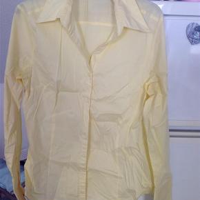 Varetype: Skjorte Størrelse: 44 Farve: Gul  Pæn skjorte i en skøn gul farve ( lidt mere gul ind på billedet) , sender helst med DAO