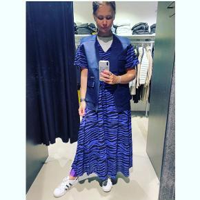 Sælger denne kjole fra resume i str 36 Brugt få gange . Passes af 36-38  Bytter ikke