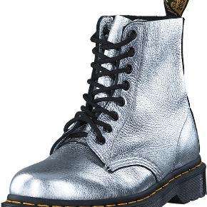 Fine Dr. Martens i sølv. Skoene er maks brugt 5-6 gange, men der er nogle steder sølvet er slidt af. Sælges da jeg ikke får dem brugt.  Kom gerne med et bud.   Kan afhentes i Aarhus C eller sendes med DAO, køber betaler fragt.