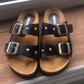 Nye sandaler fra Amust sælges. Brugt en enkelt gang. Nypris 600 Jeg betaler porto