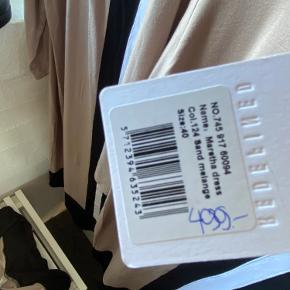 Har denne kjole fra redefined i strl 38 , 40 og 44  Kjolen er super blød og lækker at have på .  En kjole naboen sikkert ikke har 😉