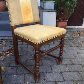 To stk. spisebordsstole i træ. Fint håndværk, men de trænger til at blive ombetrukket.  Udgangspunktet er 250 pr.stk - prisen kan evt forhandles ved køb af to. :) De befinder sig i Aalborg SV