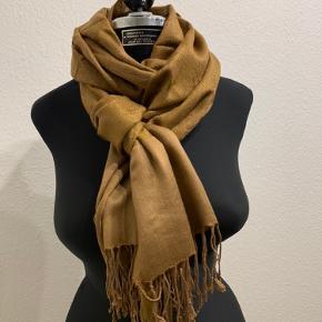 Smukt pashmina sjal med fantastisk flot mønster i 50% cashmere og 50% silke. Sjalet er praktisk talt ubrugt og fremstår derfor også i fantastisk stand👌 sjalet fremstår med en glans der afstedkommer at sjalet changere i farverne og har en flot glans og et smukt finish🤩 kom frisk og køb dette lækre sjal☺️