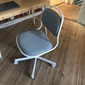 Kontorstol i grå/hvid fra IKEA 1,5 år gammel Originalpris 379kr   Bordet sælges også