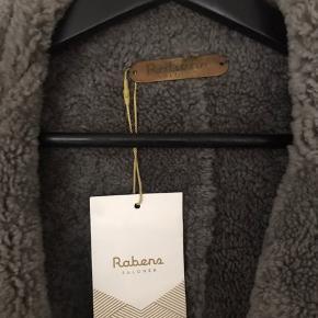 Skøn & lækker rulamsjakke fra Rabens. Aldrig brugt - nypris 13.000. MP 6500 plus Porto & TS gebyr.