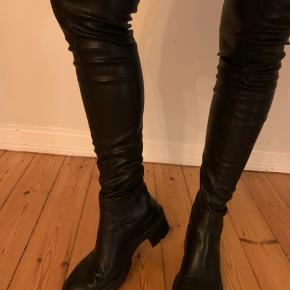 Zara Støvler, God, men brugt. Sundbyerne - Super flotte knæhøje støvler fra ZARA, brugt 2 gange. Sælger kun da jeg ikke får dem brugt.?. Zara Støvler, Sundbyerne. God, men brugt, Brugt en periode og har derfor mindre tegn på brug