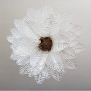 Super flot italiensk Murano lysekrone lavet af 36 opalglasblade.  Skriv endelig for mål   Pærer: 7 pærer: E27dimension (ikke inkluderet i salget)  Sender gerne :)