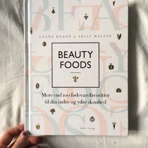 Beauty foods med 100 fødevare til indre og ydre skønhed. Bl.a. Om hud, fordøjelse, fødevarer, vitaminer, hormoner etc. Rigtig fin stand. Fejler ikke noget.