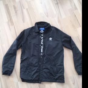 Sort Adidas jakke.