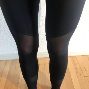 Løbetights fra ukendt mærke. Der er mesh stof ved knæ og skinneben