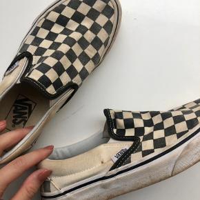 """Klassiske Vans """"loafers""""😋  STAND: tydelige tegn på brug! Hælen er slidt og der er noget misfarvning i mønstret. Selve skoen fejler ingenting, det er kun udseendet.   Skriv endelig en pb ved eventuelle spørgsmål om pris, stand, afthentning eller ved ønske om flere billeder🌸"""