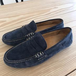Virkelig lækre blå ruskinds loafers fra Ralph Lauren. Brugt få gange, desværre lidt for små. Perfekt stand. Venligst se mine andre annoncer!