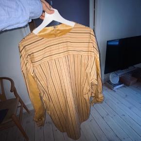 Sindssyg smuk skjorte fra Acne med fine detaljer ved hals og arme.   Oversize fit.